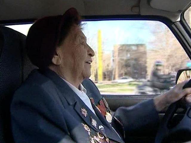 92-летняя бабушка-ветеран заведет любую фронтовую машину