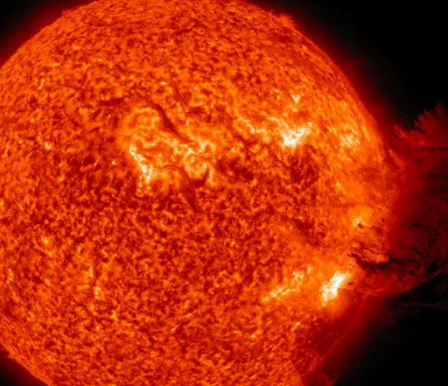 Корональный выброс массы, отснятый обсерваторией Solar Dynamics Observatory 7 июня 2011 года (фото NASA/SDO).